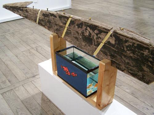 Barque et poissons rouges vivants